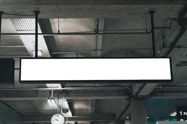 Мокап крытый подвесной знак в здании аэропорта световой знак Premium Фотографии