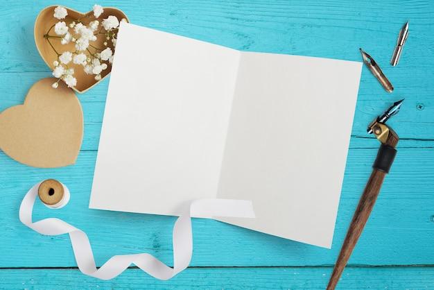 Макет письмо с бумажными сердечками, крафт коробка с цветами для поздравительной открытки день святого валентина Premium Фотографии