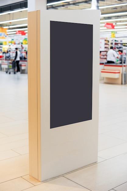 Макет цифровой панели белого экрана. пустой современные средства массовой информации billboard в торговом центре. место для текста, рекламы или публичной информации. Premium Фотографии