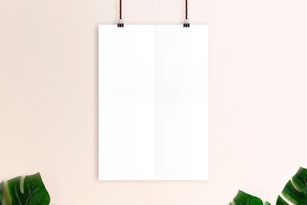 녹슨 분홍색 벽 배경 이랑 흰색 포스터입니다. 프리미엄 사진