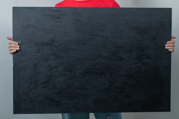 黒のマットな背景を持つモデル。 無料写真