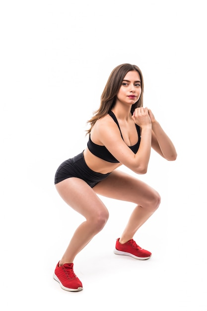 Модель в черной спортивной одежде делает упражнения для сильной фигуры тела Бесплатные Фотографии