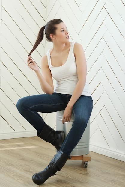 ホワイトアスリート、ジーンズ、レザーブーツのモデル 無料写真
