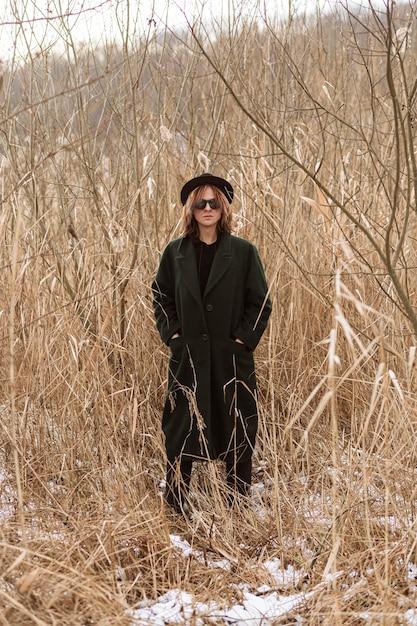 Modello in posa in abiti invernali alla luce del giorno Foto Gratuite