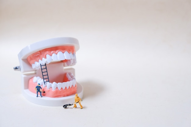 Model of the robot cleaning the teeth Premium Photo