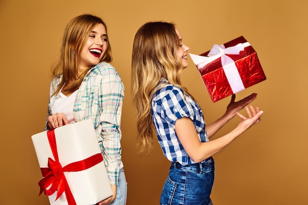 Models with big gift boxes posing Free Photo