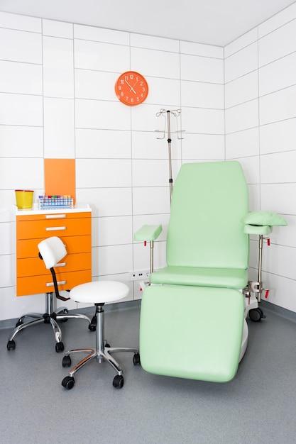 Современная и комфортабельная оборудованная больничная палата Premium Фотографии