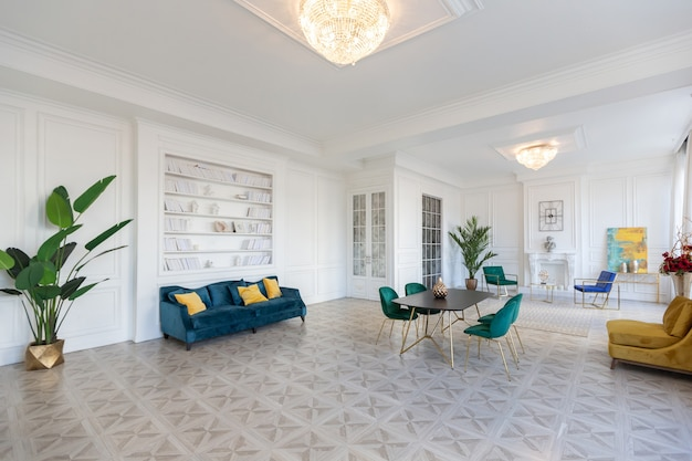골드 요소가있는 세련된 가구가있는 대형 스튜디오 아파트의 현대적이고 매우 세련된 인테리어 디자인. 프리미엄 사진