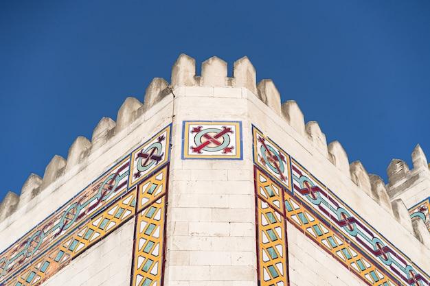Edificio moderno in stile arabo sul cielo blu Foto Gratuite