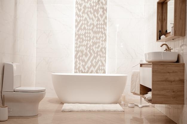 Современный интерьер ванной комнаты с декоративными элементами. место для текста. Бесплатные Фотографии