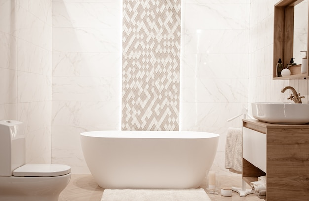 장식 요소와 현대적인 욕실 인테리어입니다. 무료 사진