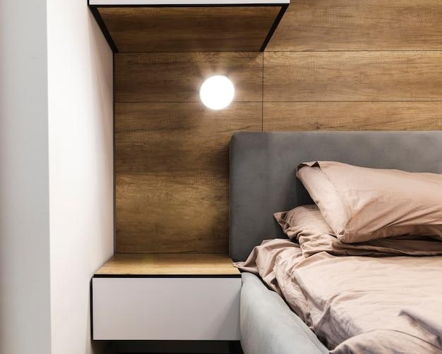 Современный дизайн спальни с деревянной стеной Premium Фотографии