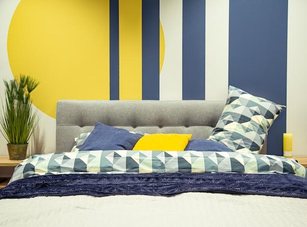 Interno camera da letto moderna nei toni del blu e del giallo. Foto Gratuite