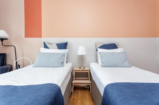 Современная спальня с подушками и кроватью для туристов. фронтально. Premium Фотографии