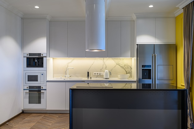 モダンな黒と白の高級キッチンインテリアミニマルなデザイン、正面図 Premium写真