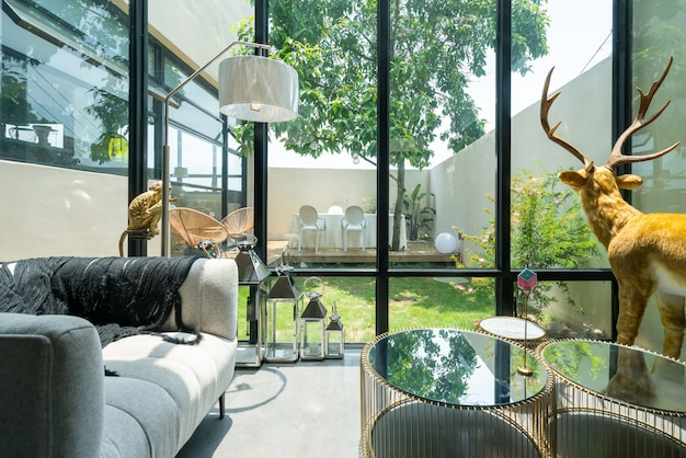 Современная, светлая и уютная внутренняя атмосфера квартиры Premium Фотографии
