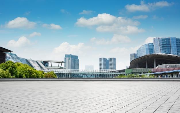 현대 비즈니스 빈 바닥에서 유리 벽과 건물 무료 사진