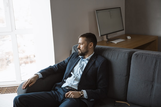 Современный предприниматель. уверенный в себе мужчина в костюме. Premium Фотографии
