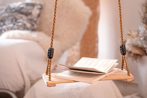 Современный уютный интерьер гостиной с подвесными качелями. Бесплатные Фотографии