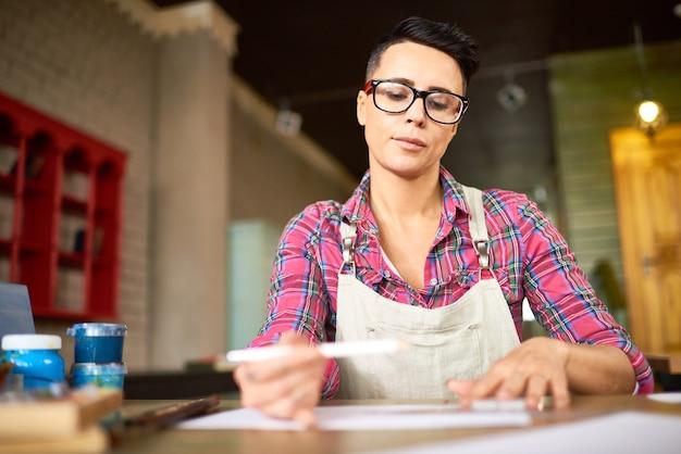 Современная творческая женщина в арт студии Premium Фотографии