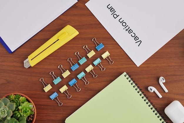 Современный стол делового человека Premium Фотографии
