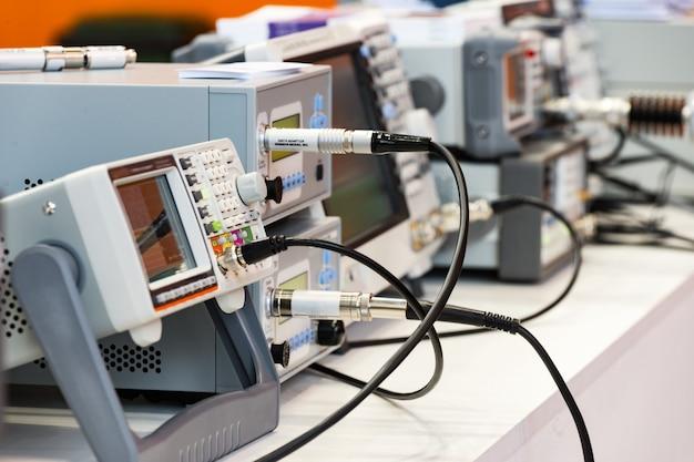 Современные цифровые измерительные приборы. мультиметрическое оборудование. абстрактный промышленный фон. Premium Фотографии