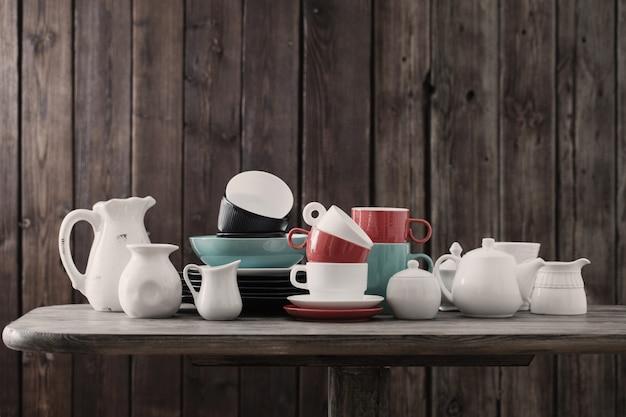 キッチンの木造のモダンな食器 Premium写真