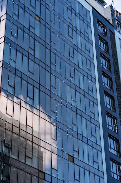 近代的なガラス建築。構造線のあるモダンな建物 無料写真