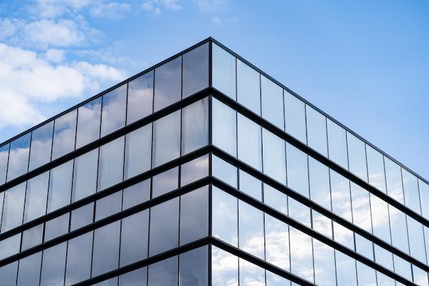 Современная архитектура здания из стекла с голубым небом и облаками Бесплатные Фотографии