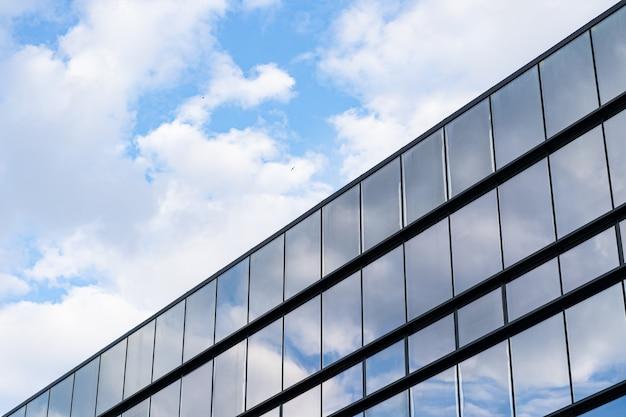 青い空と雲とモダンなガラス建築 無料写真