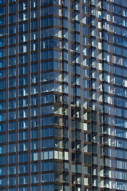 空と雲の反射とモダンなガラスの超高層ビルの背景 無料写真