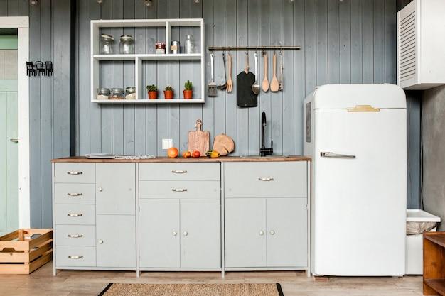 家具付きのロフトスタイルのモダンなグレーのキッチンインテリア Premium写真