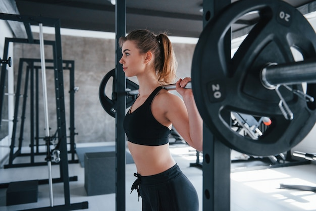 Modern gym. photo of gorgeous blonde woman doing exercises at her weekend time Free Photo
