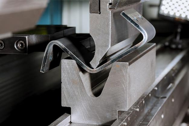 Современный гидравлический станок для гибки металла на металлургическом заводе Premium Фотографии
