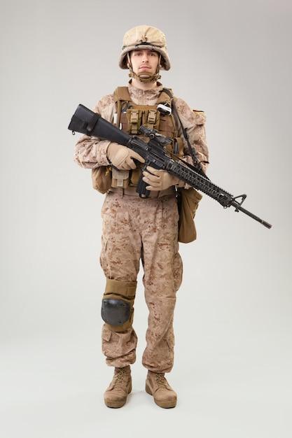 Современный пехотинец, морской пехотинец сша в боевой форме, шлем и бронежилет Premium Фотографии