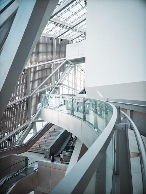 Современное внутреннее здание в светлых тонах Бесплатные Фотографии