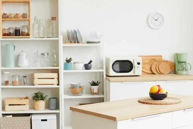Современный интерьер кухни с минималистичным скандинавским дизайном и деревянными элементами Premium Фотографии