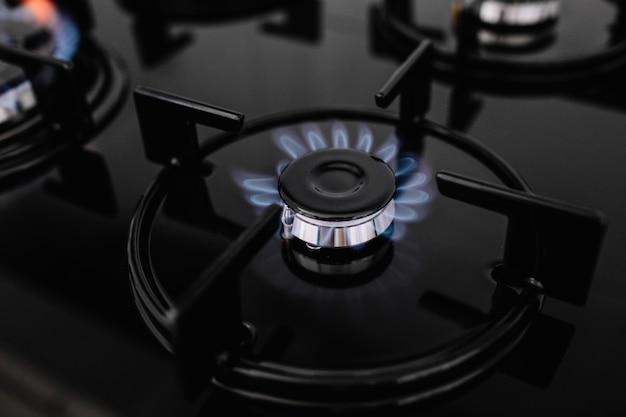Современная кухонная плита готовит с синим пламенем горения. Premium Фотографии