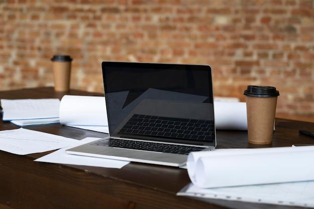 책상에 누워 현대 노트북 무료 사진