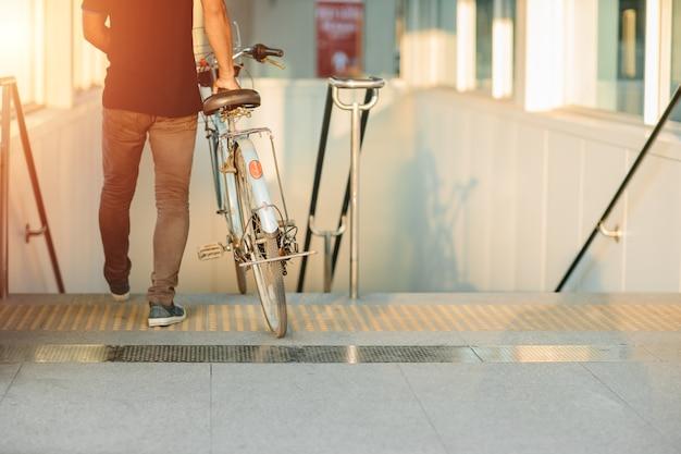 Современный образ жизни горожан, пользующихся велосипедами, идет со станцией метро в свободный от машины день. Premium Фотографии