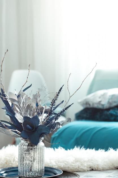 モダンなリビングルーム、花瓶に造花、木製ライトテーブルの家の装飾アイテム。 無料写真
