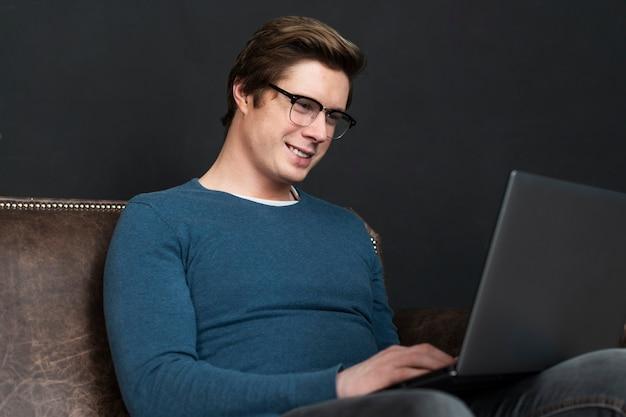 Uomo moderno che controlla i social media Foto Gratuite