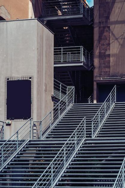 モダンな金属製の階段 無料写真