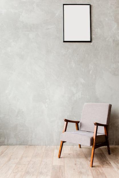거실 인테리어에 빈 벽에 안락 의자와 현대적인 미니멀 인테리어 프리미엄 사진