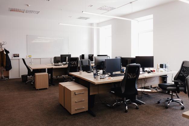 현대적인 사무실 공간 인테리어입니다. 무료 사진