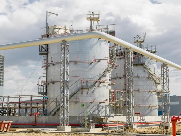 Современный нефтяной завод на территории Бесплатные Фотографии