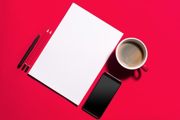Современный красный офисный стол с смартфон и чашка кофе. Бесплатные Фотографии