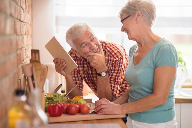 Coppia senior moderna trascorrere del tempo in cucina Foto Gratuite