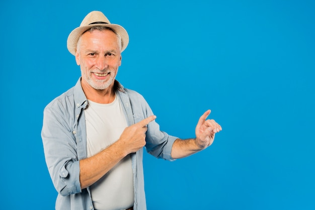 Modern senior man pointing to copyspace Premium Photo