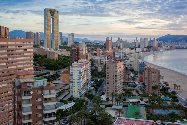 Benidorm의 현대적인 고층 빌딩 프리미엄 사진